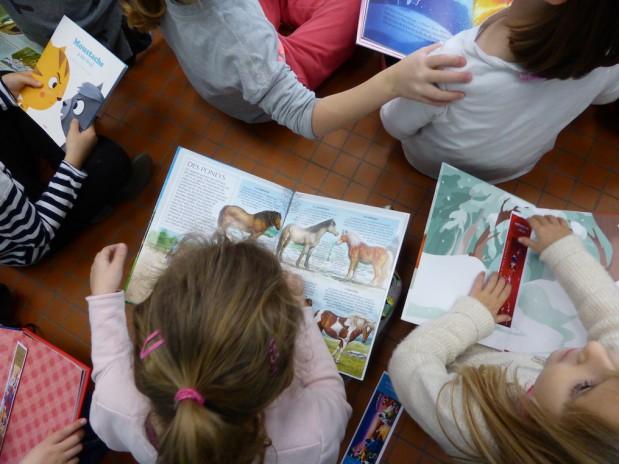 Distribution de livres à l'école primaire
